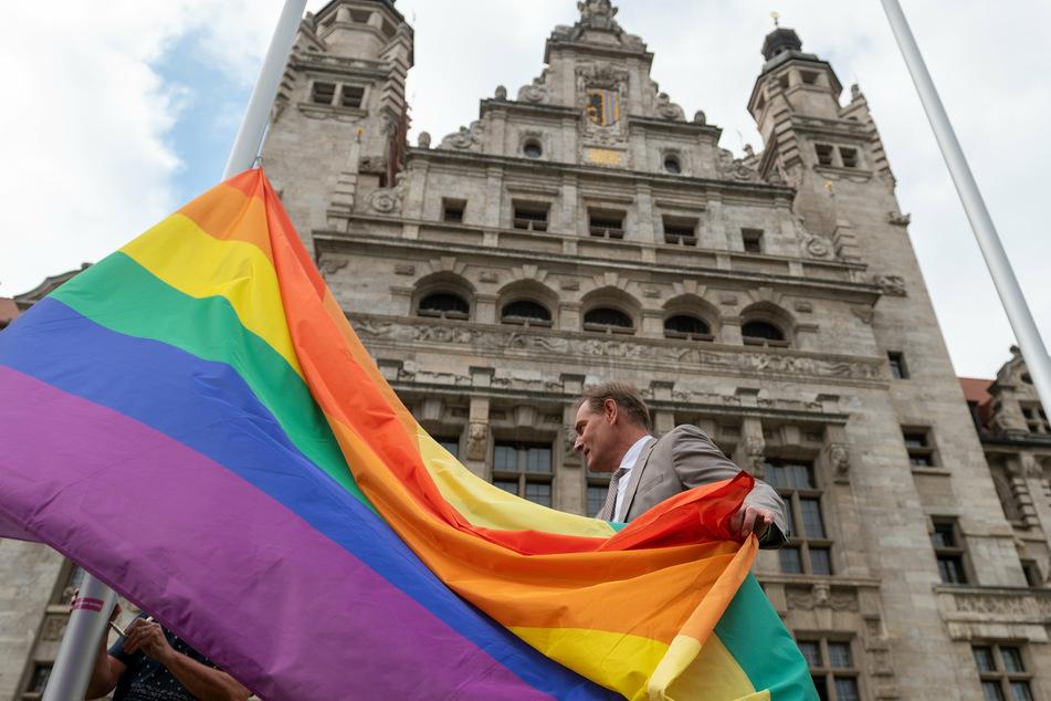 Am Mittwochnachmittag hisste Leipzigs OB Burkhard Jung (63, SPD) die Regenbogenflagge vor dem Leipziger Rathaus - ein Symbol der Toleranz und Akzeptanz der Vielfalt von Lebensformen.