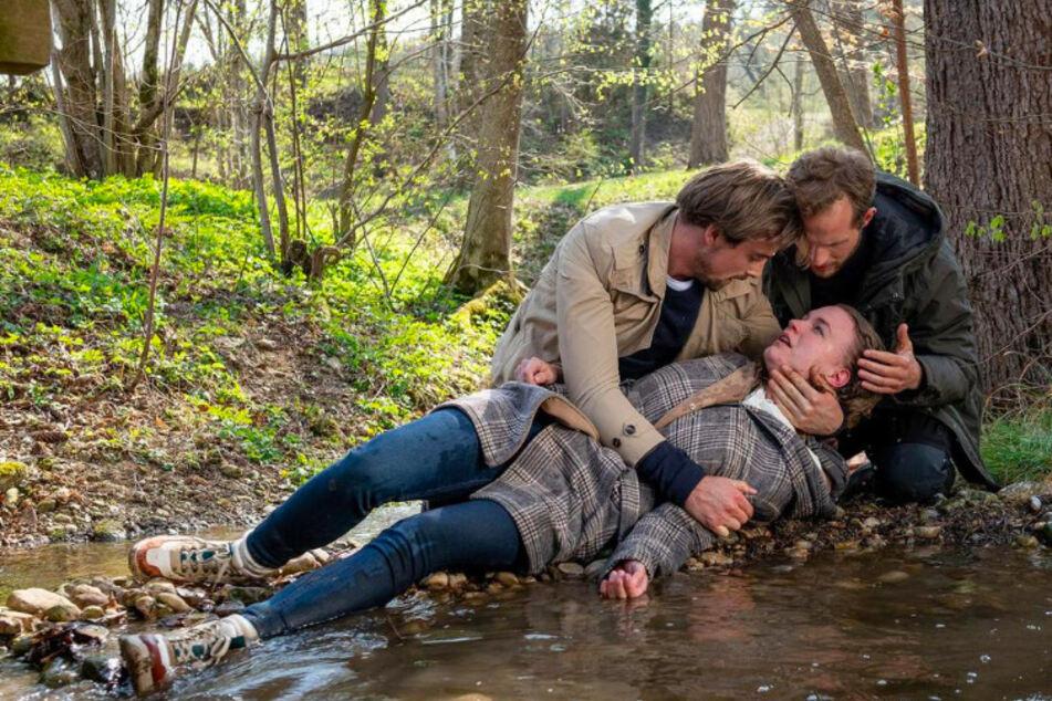 Hannes (l., Pablo Konrad) und Florian (r., Arne Löber) eilten Maja (Christina Arends) zu Hilfe. Was ist mit ihr passiert?