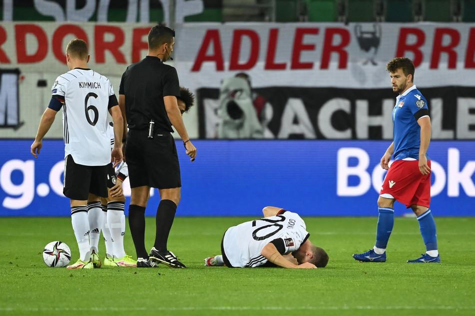 Deutschlands Linksverteidiger Robin Gosens (27, 2.v.r.) musste gegen Liechtenstein ordentlich einstecken. Wegen einer Kapselverletzung wird er am Sonntag fehlen.