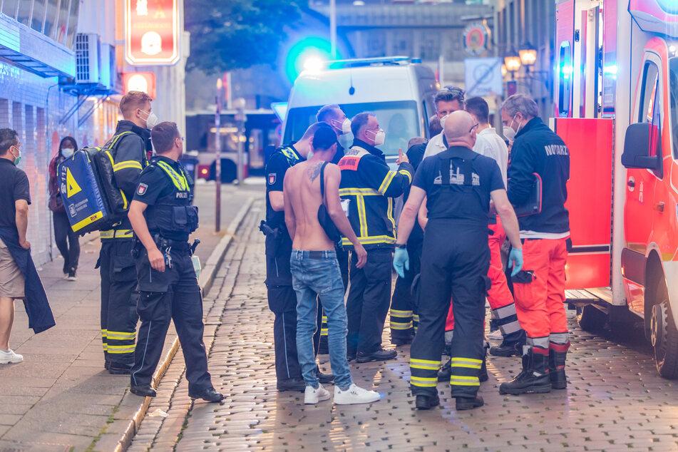 Ein 21-Jähriger hat am Sonntagabend vier Menschen mit einem Messer verletzt. Er wurde von der Polizei festgenommen.