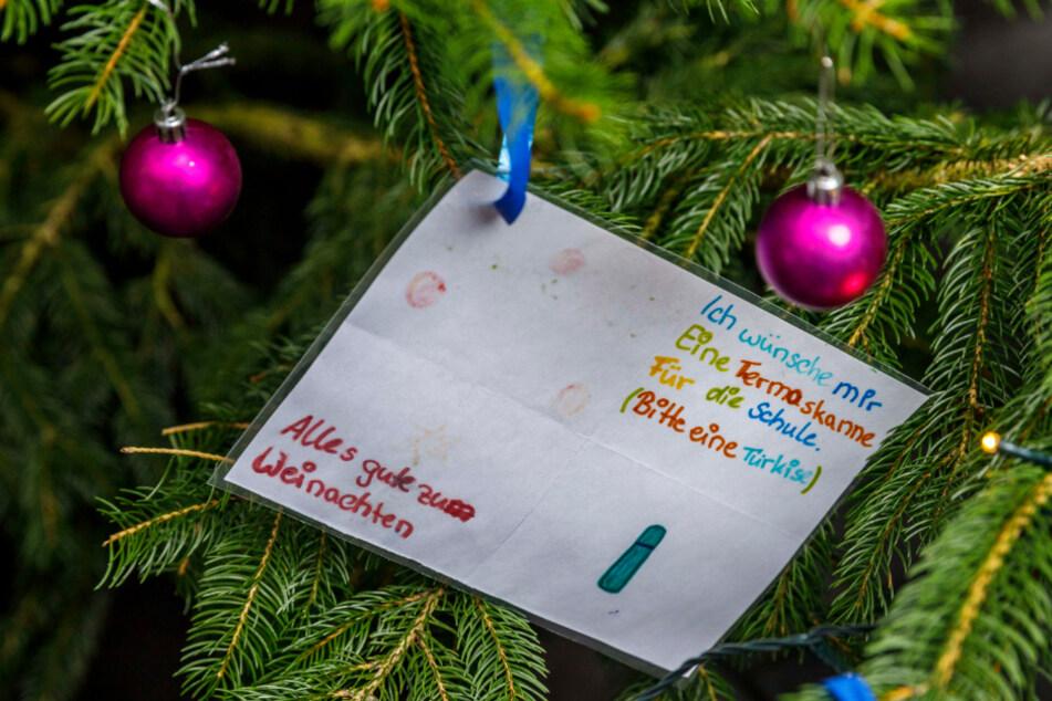 Bescheidener Kinderwunsch am Innside-Hotelbaum: eine türkise Thermoskanne für die Schule.