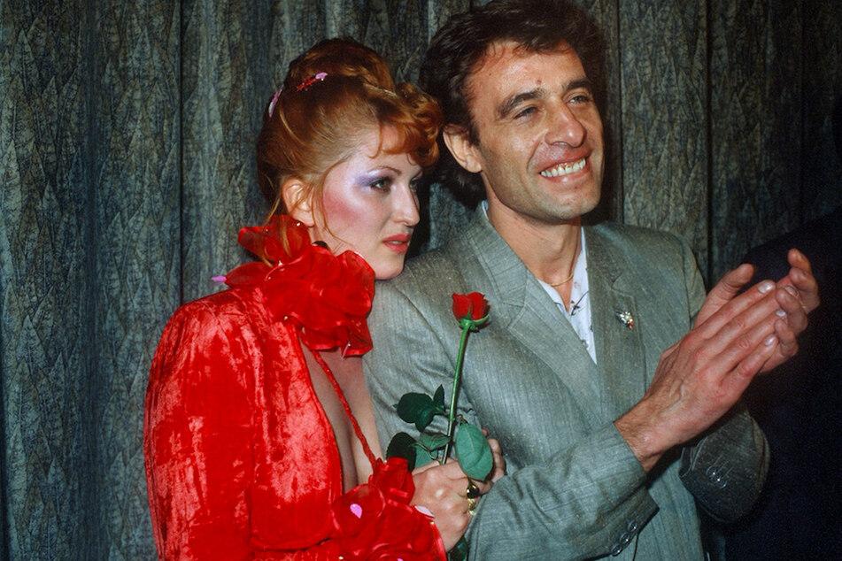 """Schauspielerin Cleo Kretschmer und ihr Entdecker, Regisseur Klaus Lemke, nach der Premiere ihres Films """"Arabische Nächte"""" 1979 in München. (Archivbild)"""