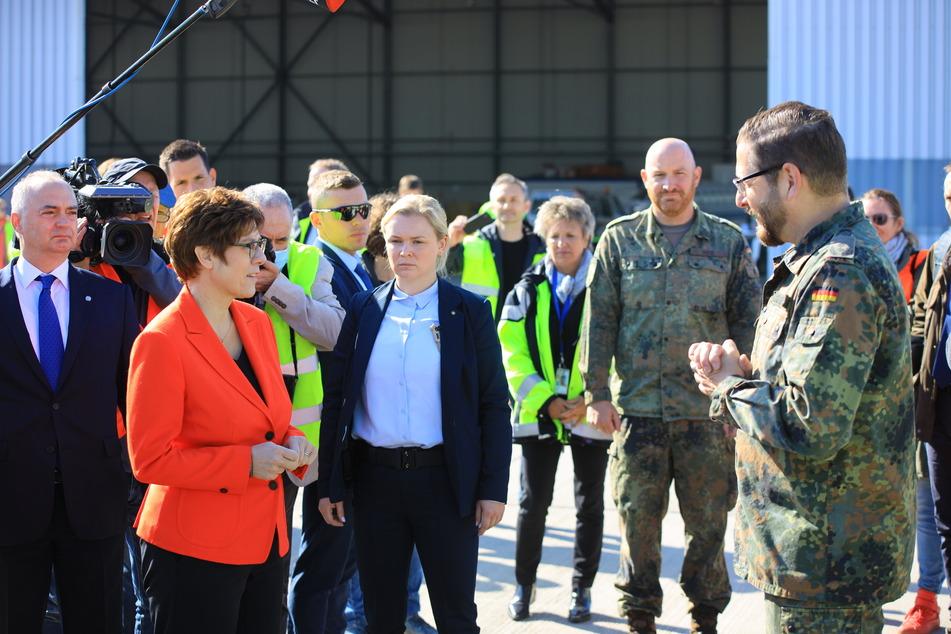 Verteidigungsministerin Annegret Kramp-Karrenbauer (57) nahm die 10,3 Millionen Schutzmasken in Empfang.