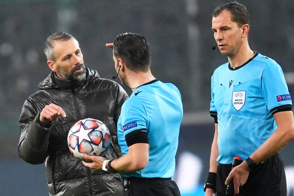 BMG-Coach Marco Rose (44, l.) sprach nach Abpfiff erhitzt mit Schiedsrichter Danny Makkelie (37, M.) über die spielentscheidenden Szenen.