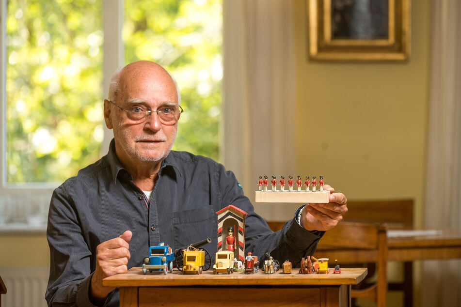Volker Karp (77) aus Dresden präsentiert bei sich zu Hause Holzspielzeug aus seiner Sammlung.