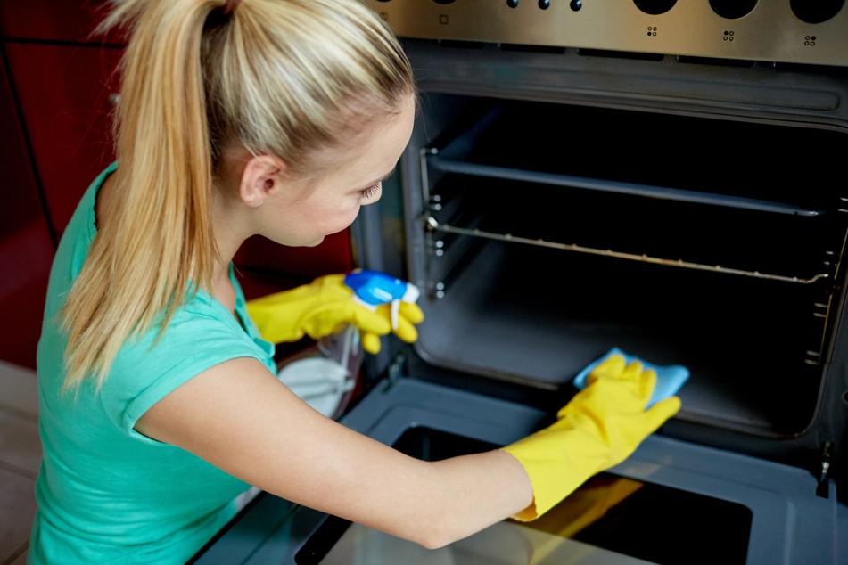 Um einen verdreckten Backofen zu reinigen, braucht Ihr zwei bis drei Geschirrspüler-Tabs. (Symbolbild)