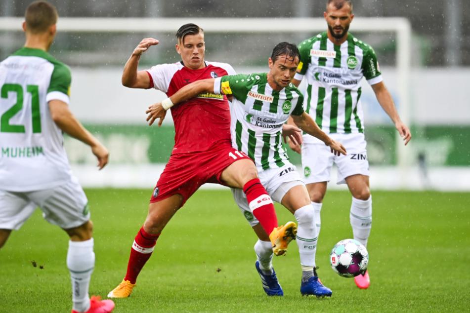 Ermedin Demirovic (2.v.l.) für den SC Freiburg im Testspieleinsatz gegen seine ehemaligen Teamkollegen vom FC St. Gallen. Er soll den Konkurrenzkampf im Mittelsturm beleben.