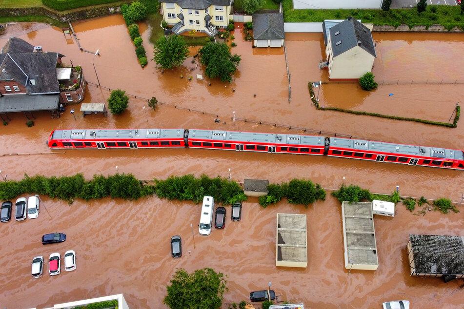 Ein Regionalzug am Donnerstag im Bahnhof Kordel in Rheinland-Pfalz. Der Starkregen hatte viele Bahnhöfe überflutet.