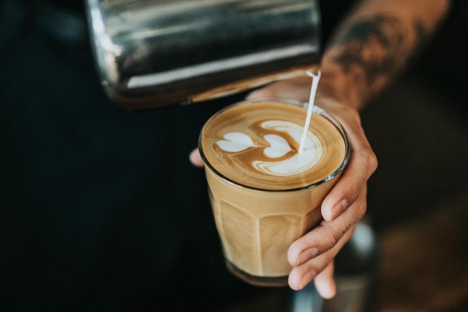Wer täglich mehrere Tassen Kaffee genießt, sollte seinen Konsum wegen der hohen Koffeinzufuhr überdenken.
