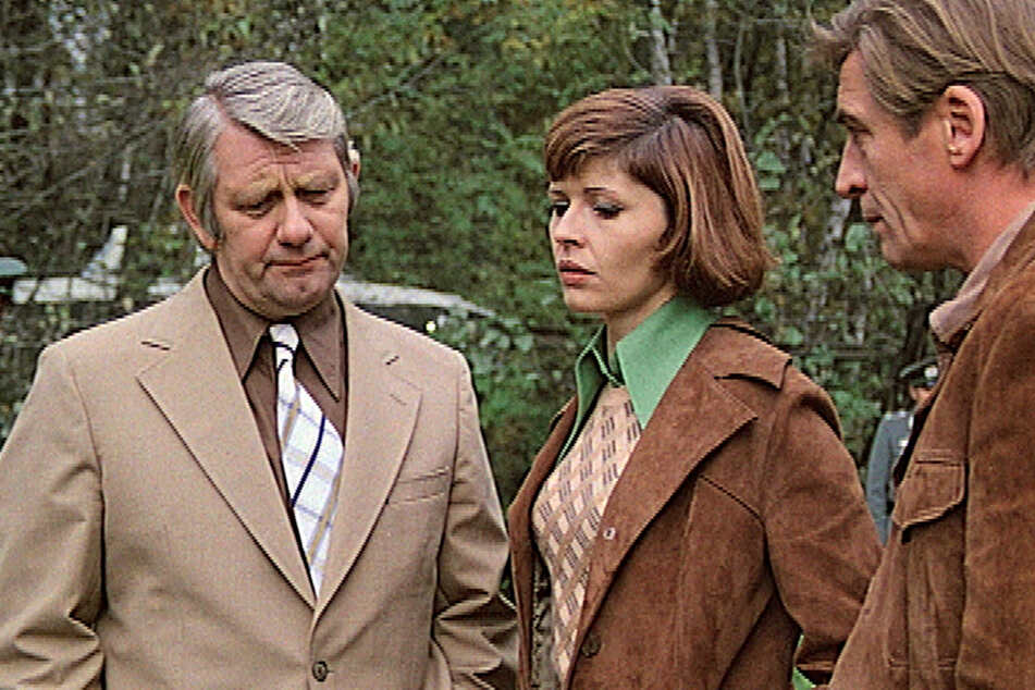 """Szene aus dem """"Polizeiruf 110""""-Film """"Im Alter von ..."""" von 1974 mit Peter Borgelt als Oberleutnant Peter Fuchs (l.), Sigrid Göhler-Reusse als Leutnant Vera Arndt und Jürgen Frohriep als Oberleutnant Jürgen Hübner."""