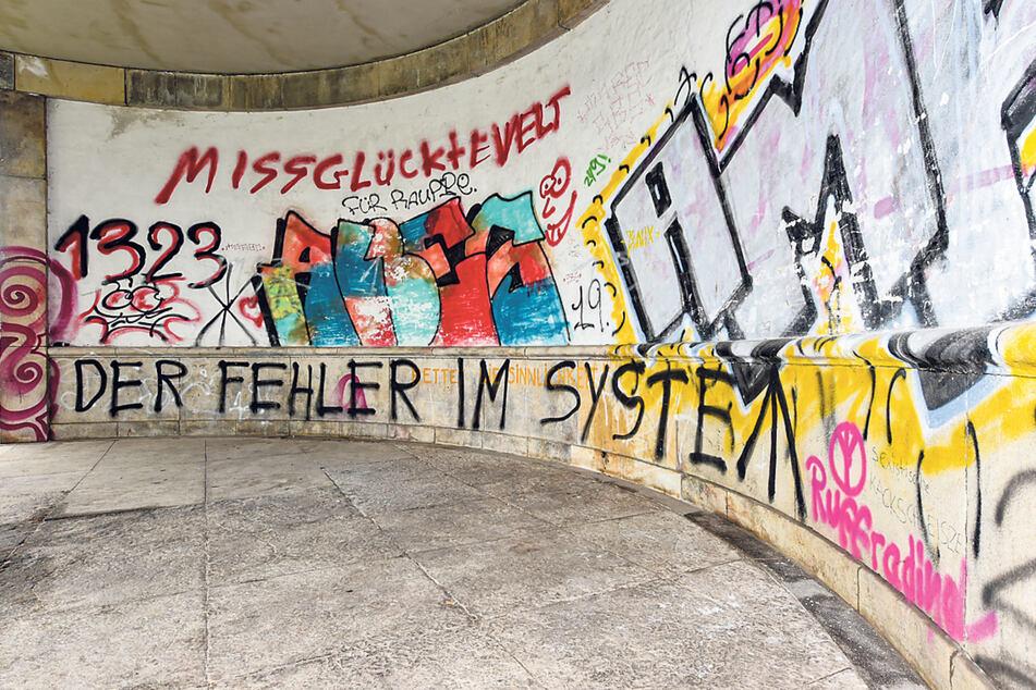 Neben Sprayer-Tags finden sich manchmal auch Zahlencodes und politische Botschaften - wie hier in der Nähe des Rosengartens.