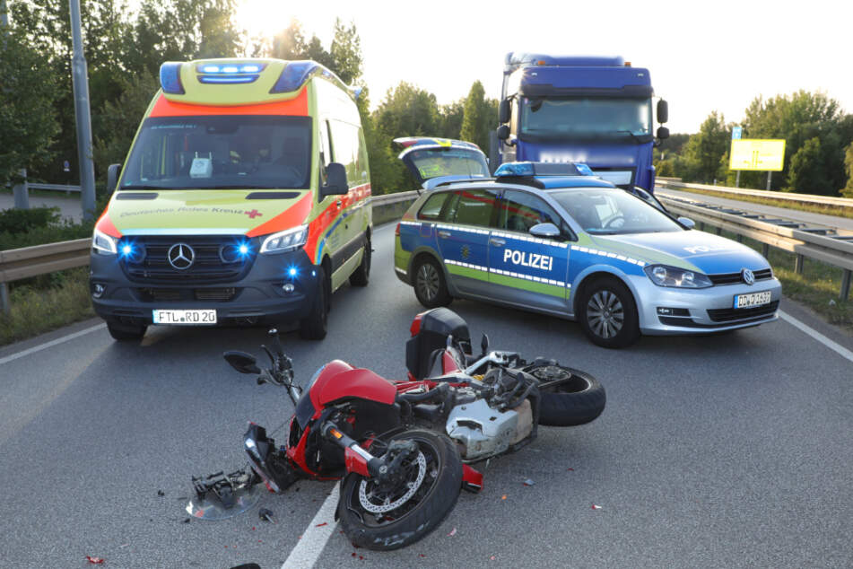 Der Biker soll schwer verletzt worden sein.