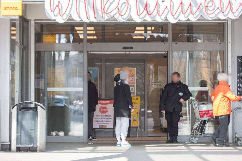 Sicherheitspersonal klärt Kunden am Aldi und Konsum (Pfotenhauerstraße) über die Einkaufswagenpflicht auf.