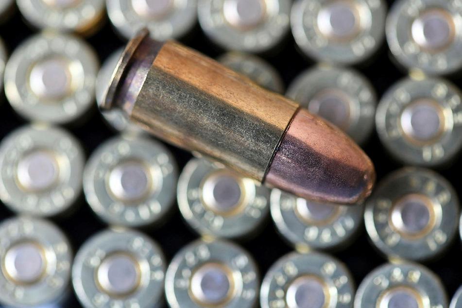 """Munition vom Kaliber 9 mm liegt auf einem Tisch. Bei einer """"Amnestie-Aktion"""" im letzten Jahr gaben KSK-Soldaten 46.400 Schuss """"Fundmunition"""" zurück."""