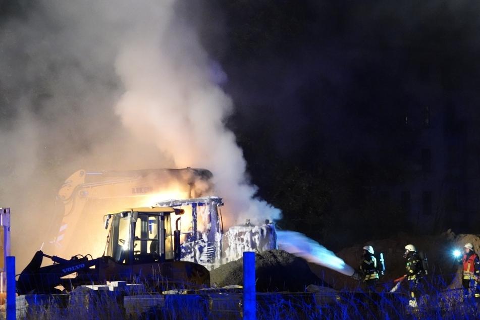 Wie genau die Täter das Baufahrzeug in Brand steckten, ist aktuell noch unklar.