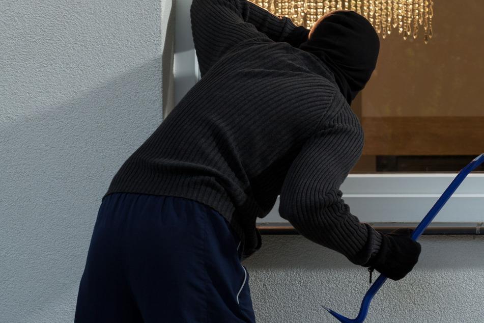 Während sich seine Opfer auf Corona testen ließen, brach der Dieb in ihr Haus ein.