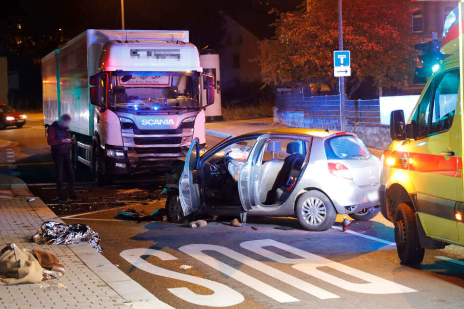 Renault kracht frontal in LKW: Ein Schwerverletzter bei Unfall
