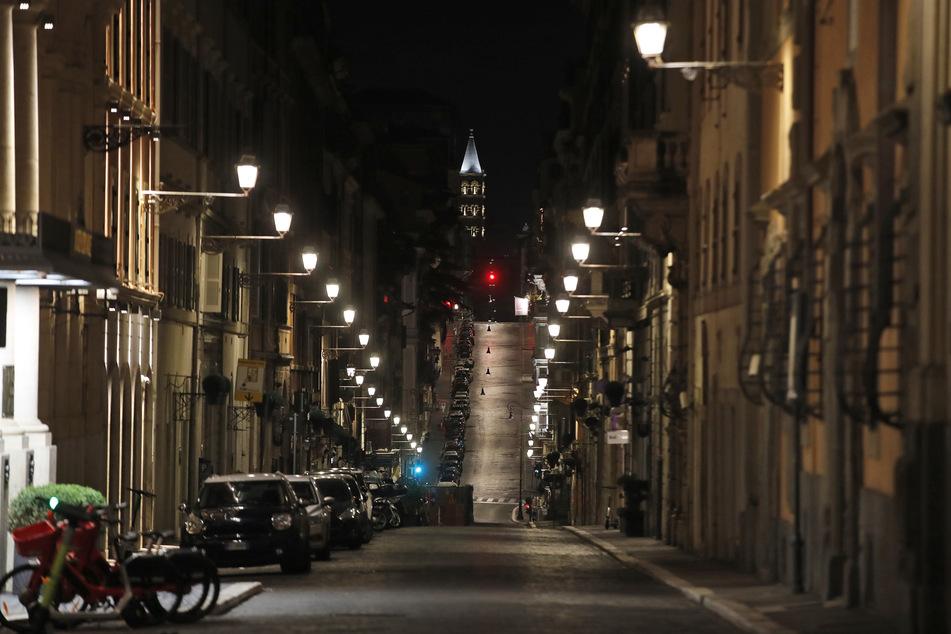 Leere Straßen in Rom: Die Zahlen der Corona-Neuinfektionen und -Toten in Italien steigen nicht mehr ganz so schnell, befinden sich aber immer noch auf einem hohen Niveau.