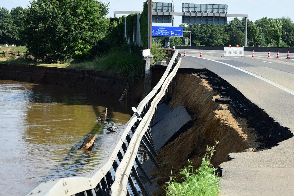 Viele Autobahnen wurden unterspült und sackten teilweise ab.