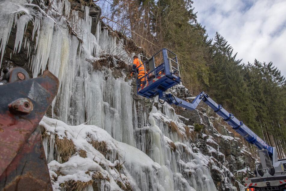 Felswände im Erzgebirge werden vom Eis befreit