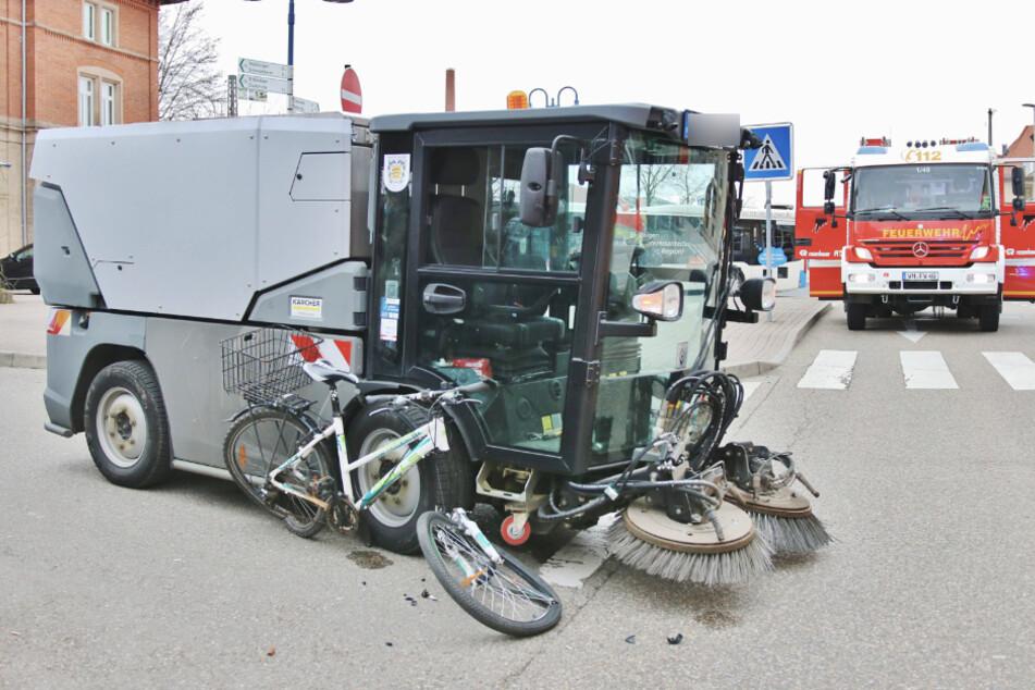 Radlerin von Kehrmaschine erfasst und eingeklemmt!