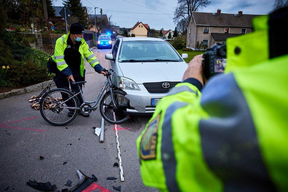 Die Beamten stellen den Unfall nach.