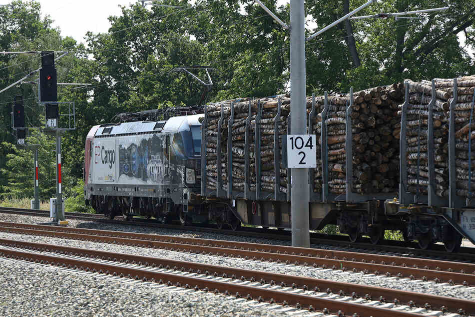Güterzug setzt Bahnstrecke zwischen Leipzig und Dresden in Brand