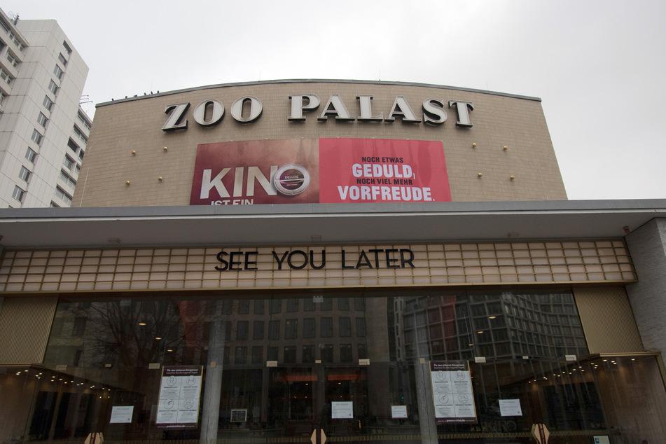 """""""Noch etwas Geduld, noch viel mehr Vorfreude"""" steht auf einem Plakat am Kino Zoo-Palast. Die Besucherzahlen deutscher Kinos sind in der Pandemie drastisch eingebrochen."""
