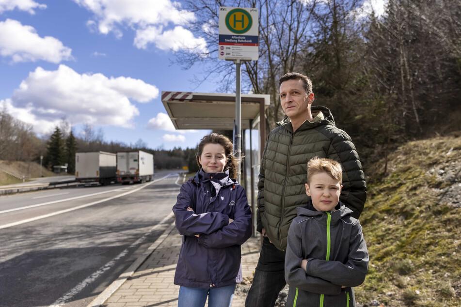 Wünscht sich eine bessere Infrastruktur: René Kampfrath (45), hier mit seinen Kindern Jolie (11) und Emiel (6) an der zugigen Bushaltestelle.