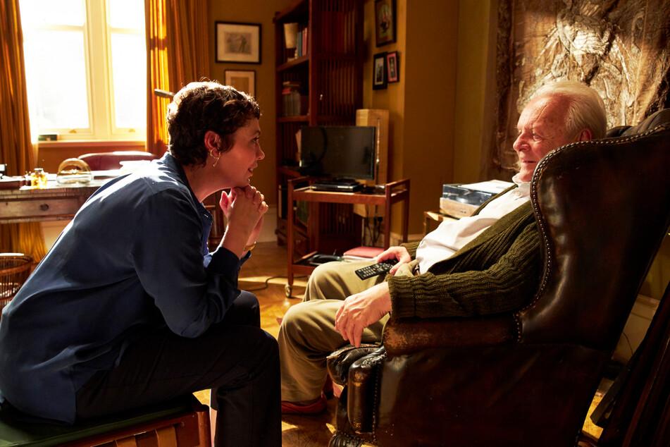 Anne (Olivia Colman, l.) kümmert sich rührend um Anthony (Anthony Hopkins), geht dabei aber an ihre physischen und psychischen Grenzen.