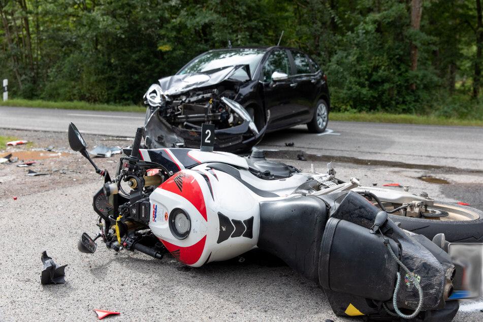 Tragische Bild: Ein Motorradfahrer (24) starb nach einem Zusammenstoß mit einem Auto, nachdem dessen Fahrer (82) ihn offenbar übersehen hatte.