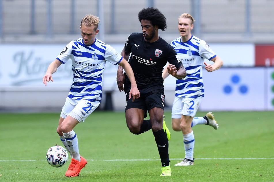 FSV-Neuzugang Maximilian Jansen (28, l.), hier noch im Duisburger Trikot vor Ingolstadts Brasilianer Caiuby (33) am Ball, muss sich schnell ins Zwickauer Team integrieren, um wirklich eine Verstärkung zu sein.