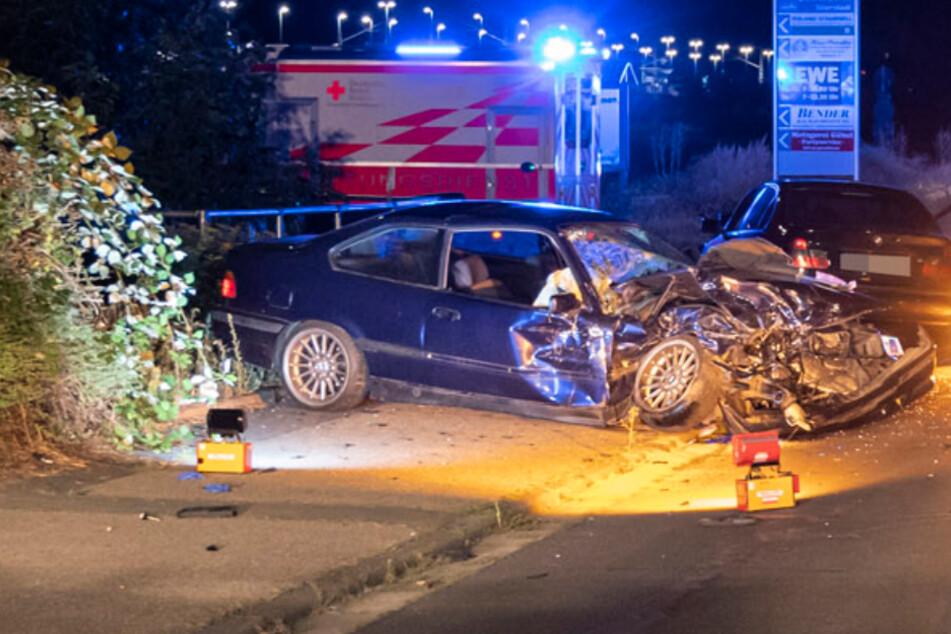 Zwei BMW krachen frontal zusammen: Vier Personen teils schwer verletzt