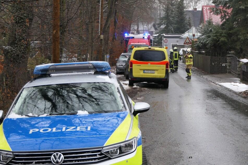 Einsatzkräfte von Polizei, Feuerwehr und Rettungsdienst eilten sofort zu der Unglücksstelle. Bisher ist noch unklar, was dem Toten zugestoßen ist.