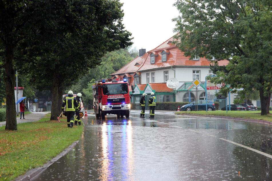 Umgestürzte Bäume und Überschwemmungen: Starkregen hält Feuerwehr in Thüringen auf Trab