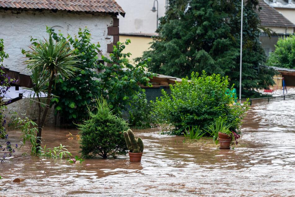 Die Kyll ist in Erdorf in Rheinland-Pfalz über die Ufer getreten und hat Teile des Dorfes geflutet.
