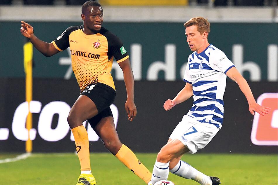 Duisburgs Arne Sicker (r., gegen Agyemang Diawusie) soll ein Kandidat für Dynamo sein.