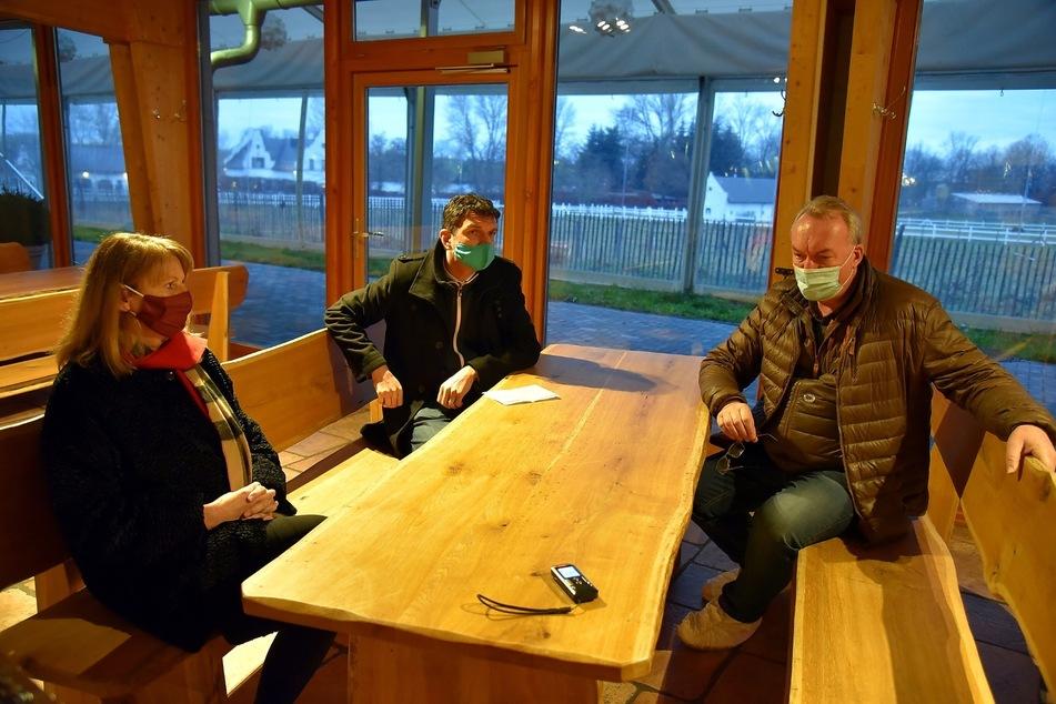 Petra Köpping (62, SPD) und der Landrat des Leipziger Landkreises Henry Graichen (44, CDU, M.) statteten Lorenz Eskildsen (56), dem Geschäftsführer der gleichnamigen Gänsefarm, einen Besuch ab.