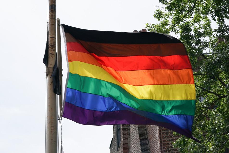 Die Regenbogenflagge ist ein wichtiges Zeichen für Offenheit für die LGBTQ - Community.