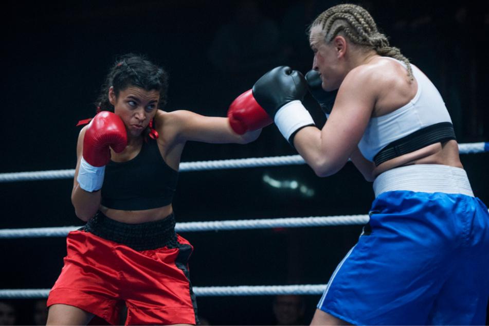 Dieser schlecht inszenierte Boxkampf zwischen Ali (l., Alina Serban) und der Weltmeisterin kostet den Film einige Wertungspunkte.