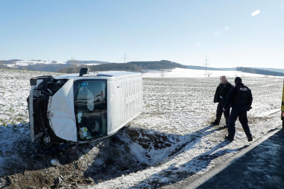 Ein Transporter-Fahrer kam am Sonntagmittag von der B95 in Chemnitz ab.