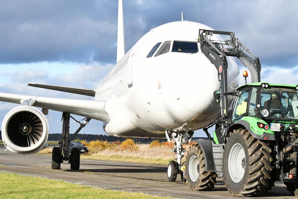 Ein Traktor schob das Flugzeug über den Landeplatz in Rothenburg.