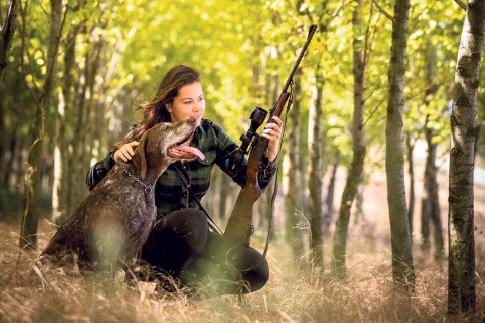 Über 12.500 Männer und Frauen besitzen in Sachsen einen Jagdschein (F.l.). Schwarzwild darf hierzulande ganzjährig gejagt werden - mit Ausnahme von Bachen, die Junge führen.