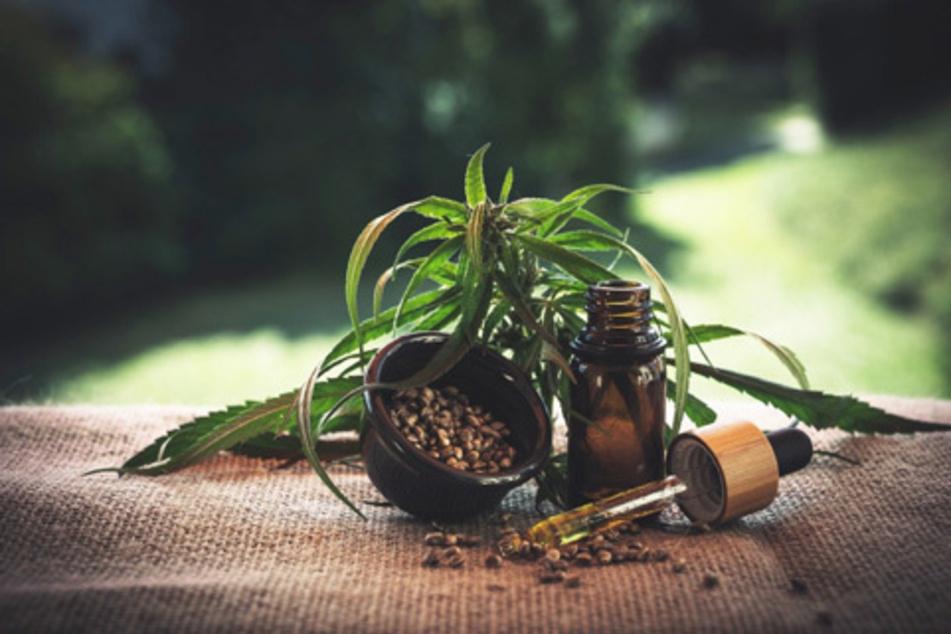 Häufig mit der Droge Marihuana verwechselt, stammt CBD zwar von derselben Pflanze ab, unterscheidet sich jedoch maßgeblich in der Herstellung sowie dem Endprodukt
