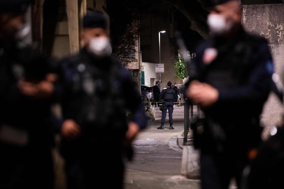 Die Polizei sichert den Ort, an dem ein Polizist während eines Anti-Drogen-Einsatzes in Avignon getötet wurde.