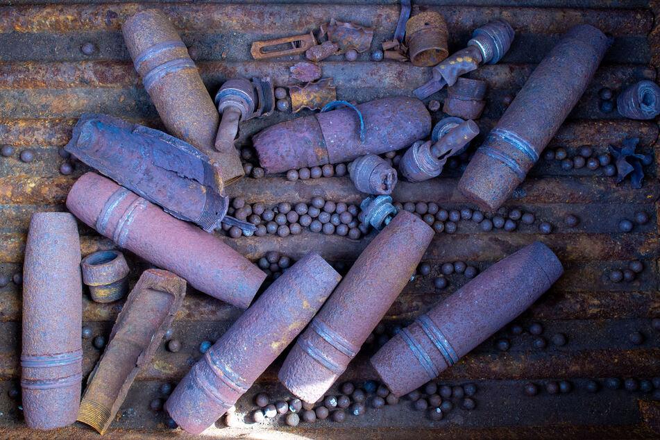 Erschreckend! Jäger findet Versteck mit Hunderten Handgranaten im Wald