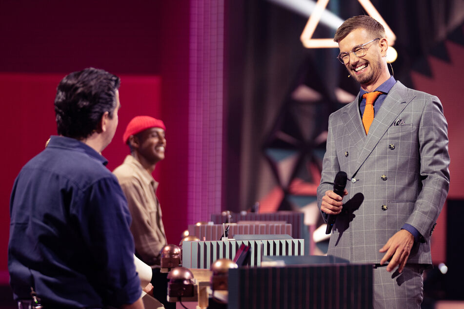 Hatte anfangs noch gut lachen: Moderator Joko Winterscheidt (42, r.) musste seine Show am Ende an Bastian Pastewka (l.) abgeben.