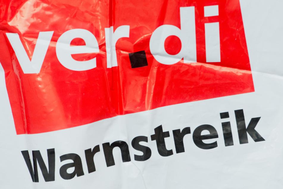 """Eine Streikweste mit der Aufschrift """"Warnstreik"""" und dem Logo der Dienstleistungsgewerkschaft Verdi."""