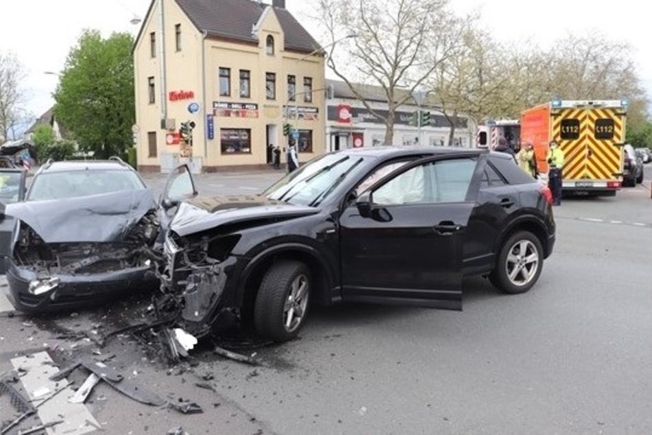 Beide Autos mussten abgeschleppt werden. Alle vier Insassen erlitten schwere Verletzungen.