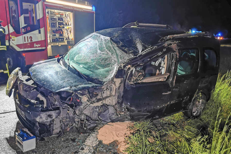 Das Auto ist nach dem Unfall völlig eingedrückt.